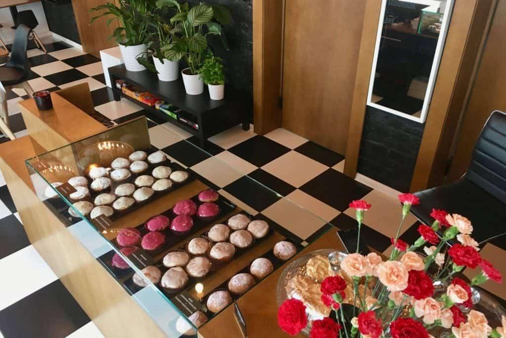 Pączuś i Kawusia, cake display