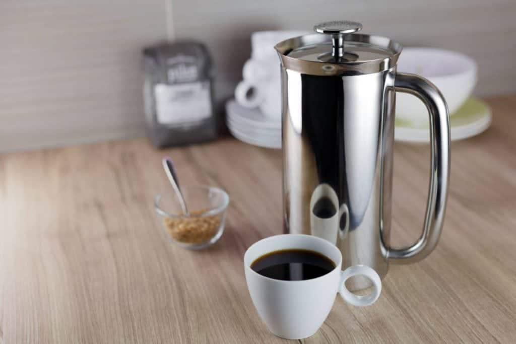 Металлический Френч пресс с белой чашкой кофе