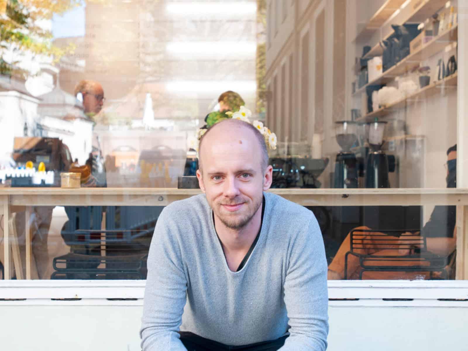 Markus Pyttel in front of sweet spot kaffee in Munich